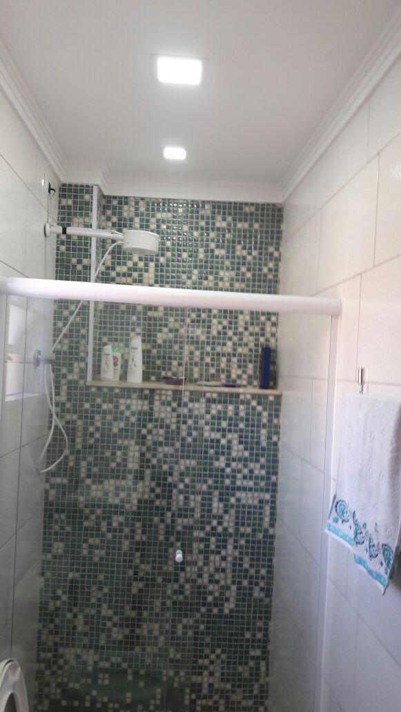 Revestimento-de-Banheiro-com-Pastinha-de-Vidro - Telhado Sob Medida Reforma Manutenção Telha Brasilit