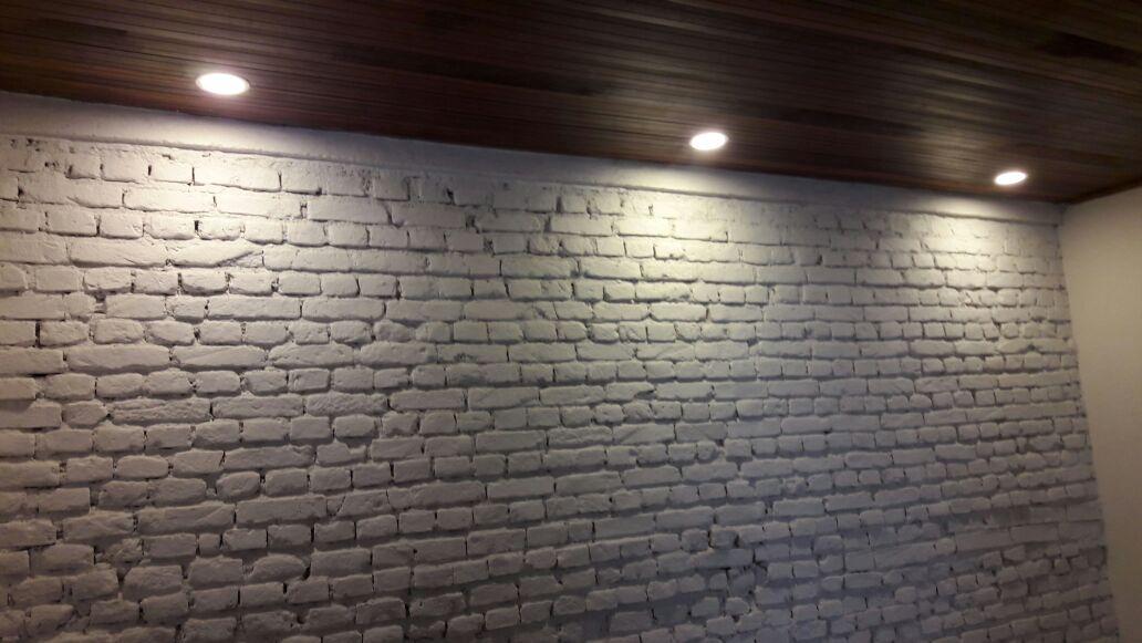 forro-de-madeira-luminarias-parede-tratada-com-acabamento-de-tinta - Recuperação de Fachada