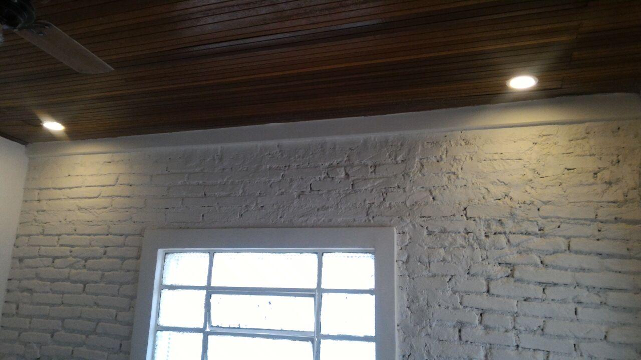 luminarias-forro-de-madeira-parede-tratada-com-acabamento-de-tinta - Recuperação de Fachada